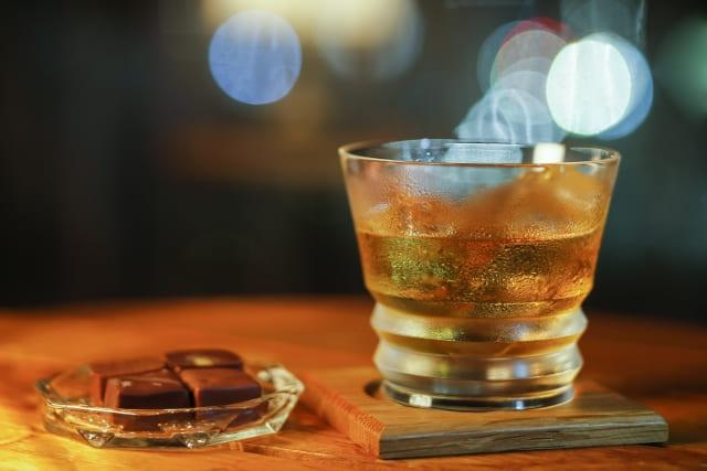 美味しそうなウイスキーとチョコレート