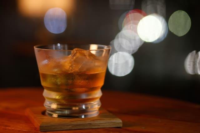 オシャレなグラスに入ったウイスキー