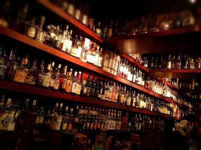 たくさんのウイスキーが並べられている棚