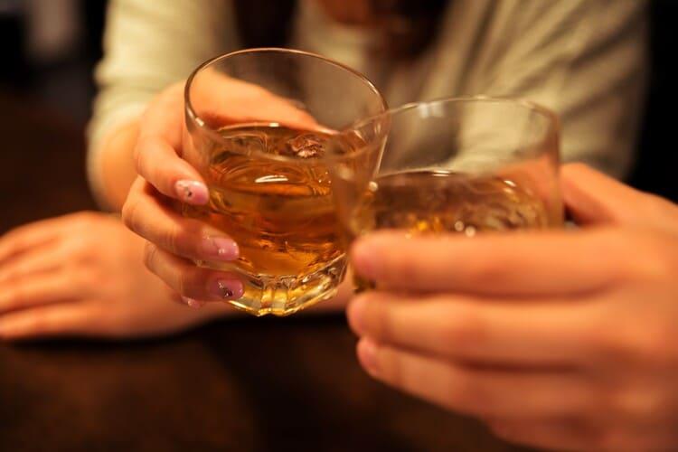 ウイスキーで乾杯をする