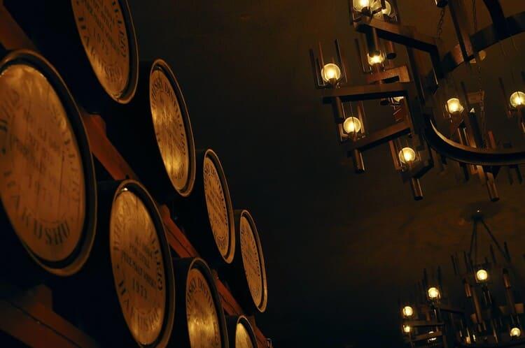 ウイスキーの樽が並ぶ倉庫