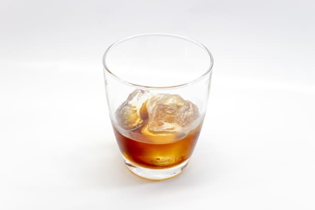 白い空間にあるウイスキー