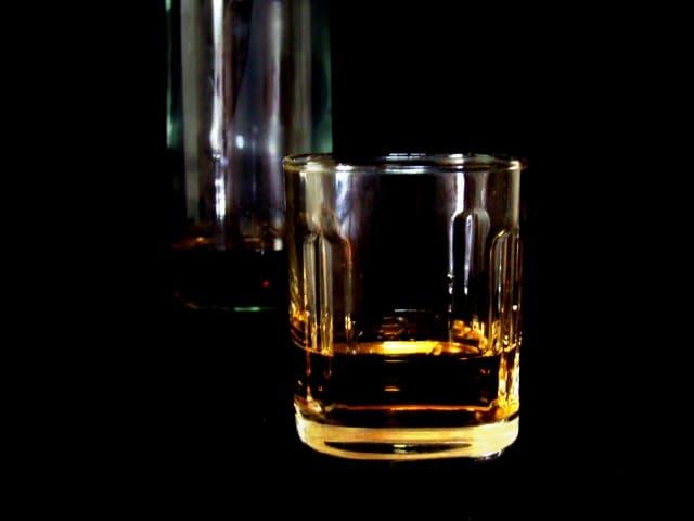 暗闇に佇むウイスキー