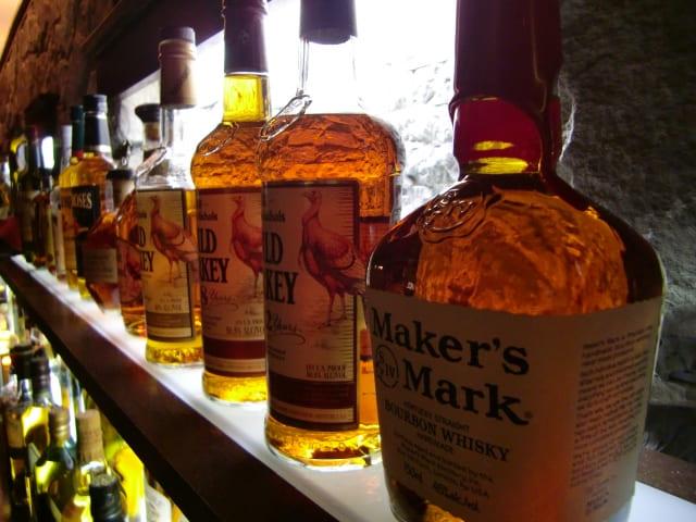 瓶に入った沢山のウイスキー