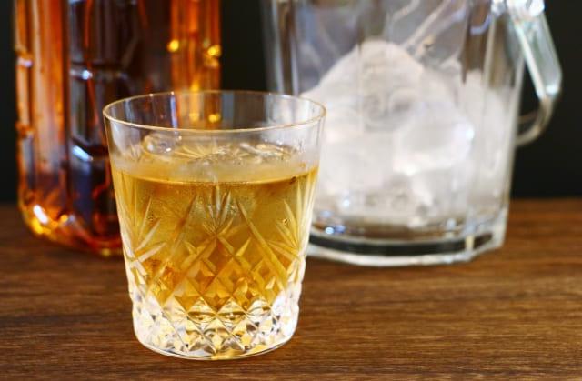 ロックグラスに入ったウイスキー
