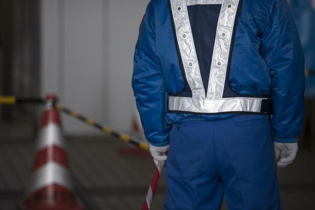 青い服装の警備員