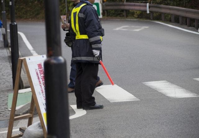 黒い服装の警備員
