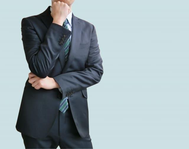 スーツ姿の男性