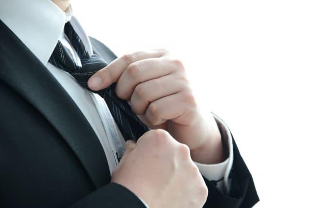 ネクタイを締めている男性