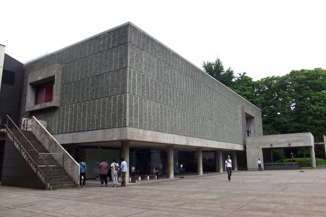 シンプルな外観の美術館