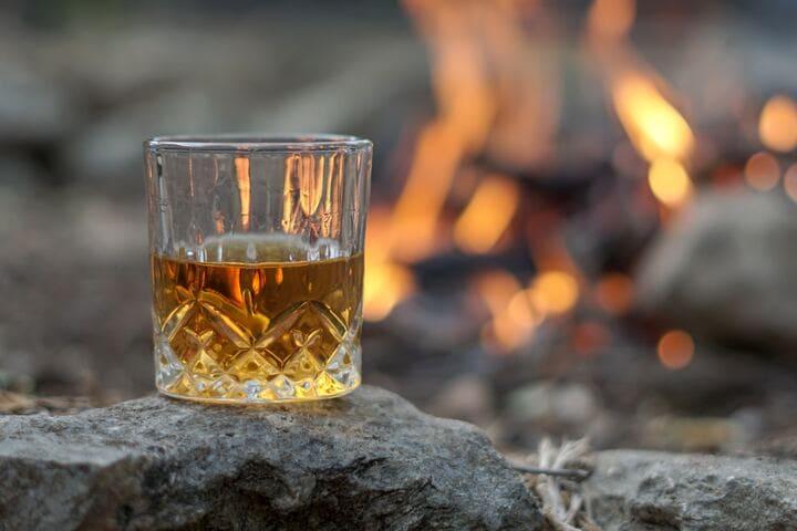 ウイスキーと焚火