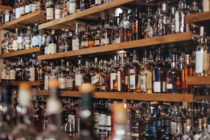バーの棚に並べられた沢山のお酒