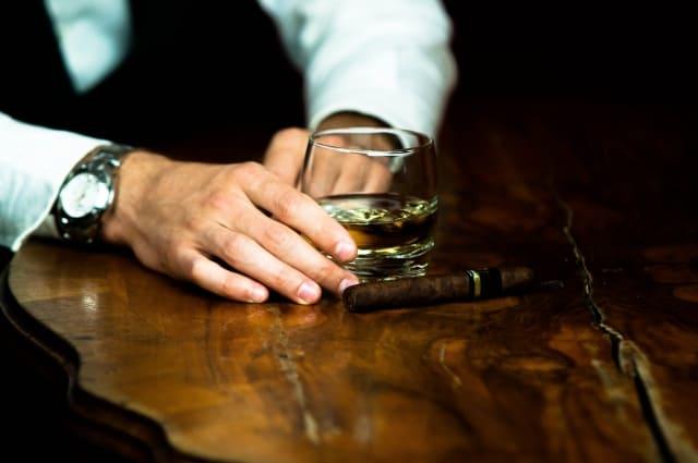 バーカウンターとウイスキー