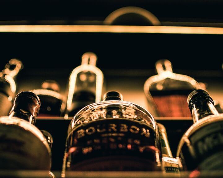 たくさんのウイスキーのボトル