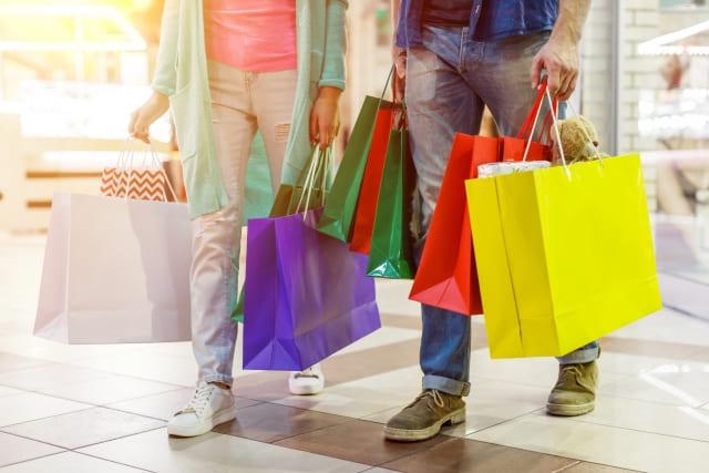 ショッピングをしている男女