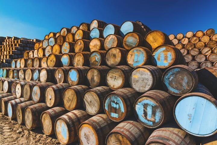 たくさんのウイスキーの樽