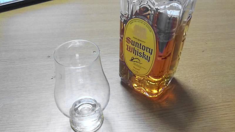 飲みかけのサントリー角