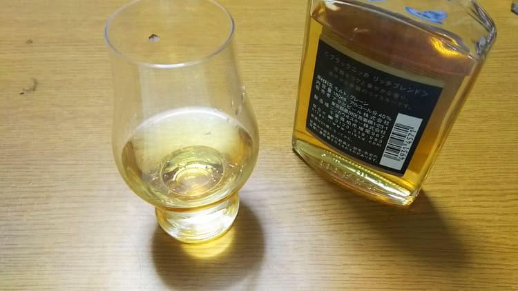 ブラックニッカの入ったグラス