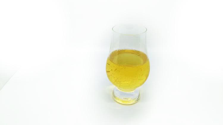 グラスに注いだブラックニッカクリアハイボール