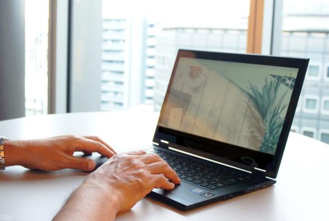 ノートパソコンを使用する人