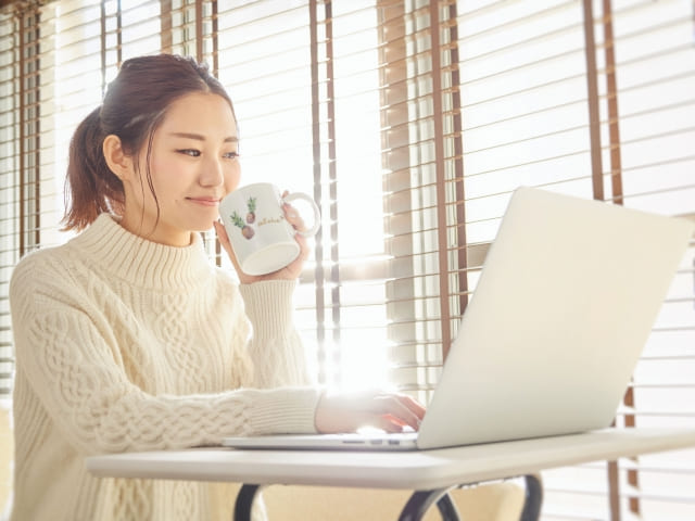 ノートパソコンを使用する女性