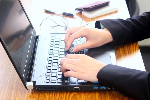 パソコンを使用している人