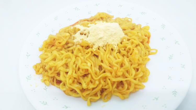 チーズタッカルビ麺にチーズ粉末をかける