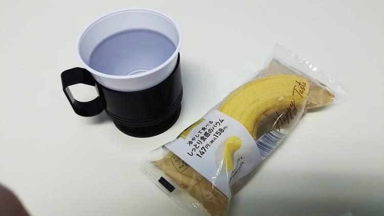 バウムクーヘンとコーヒーカップ