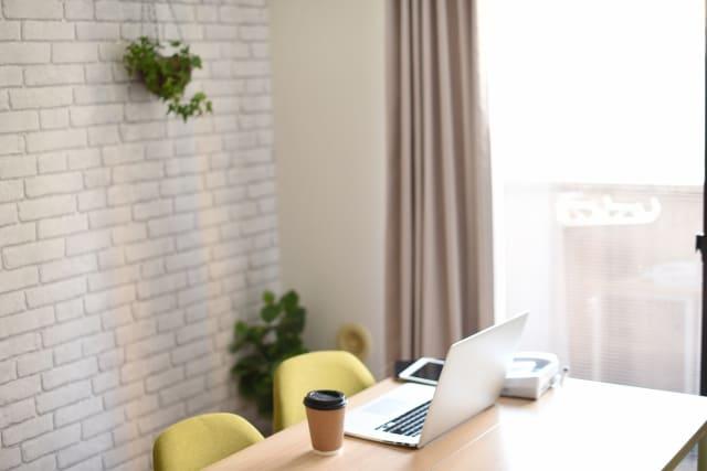 綺麗な部屋とパソコン