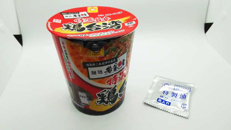 赤いラベルのカップ麺