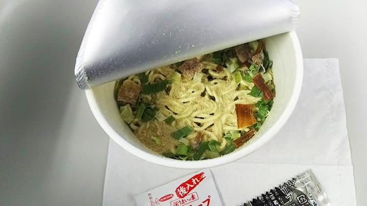 お湯を入れる前のカップ麺