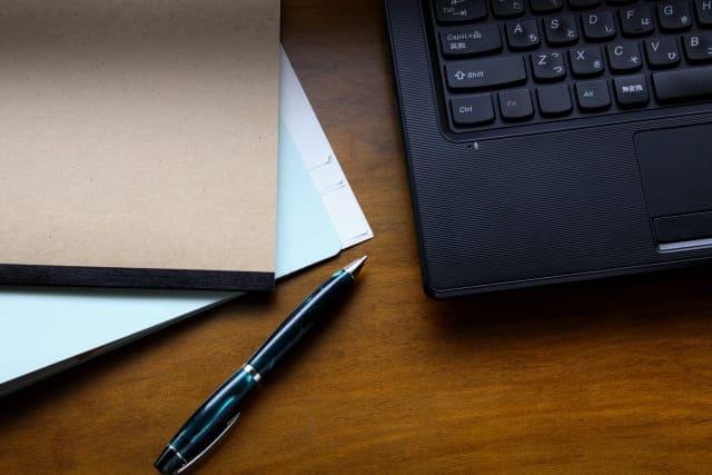 黒いノートパソコン