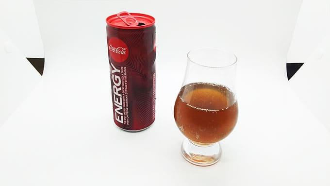 グラスに注いだコカコーラ エナジー