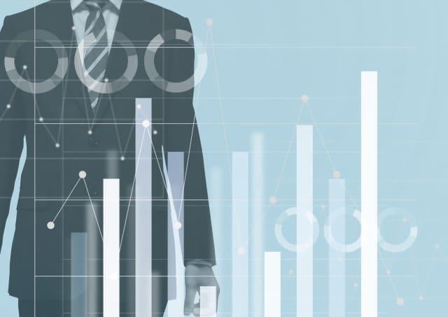 棒グラフとスーツ姿の男性