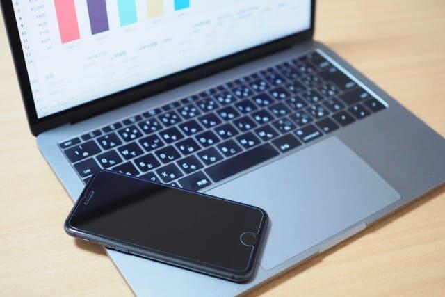 ノートパソコンと黒いスマホ