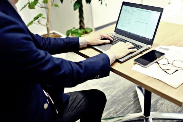 パソコンを使用中の男性