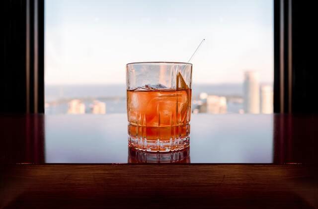 窓辺に置かれたウイスキー