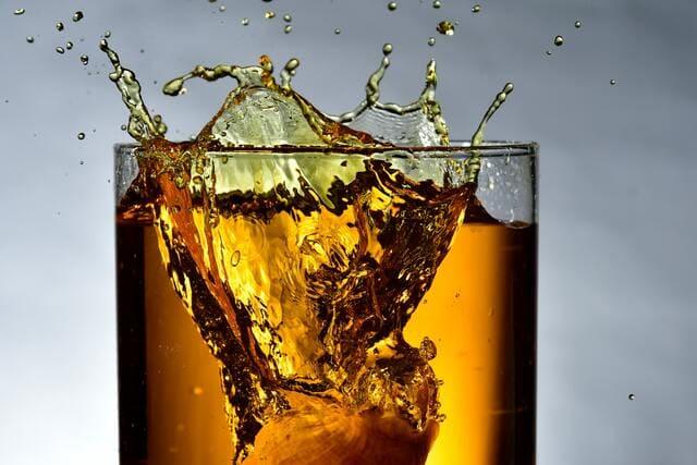 グラスから零れるウイスキー
