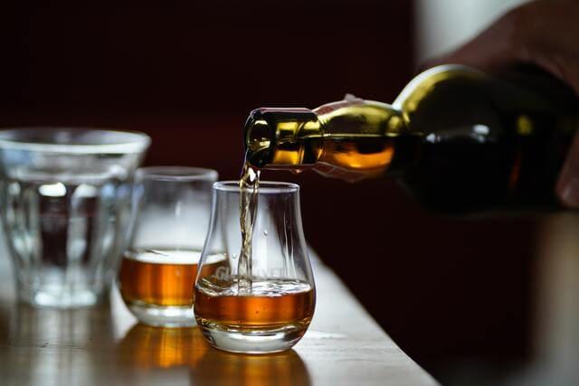 グラスに注がれるウイスキー