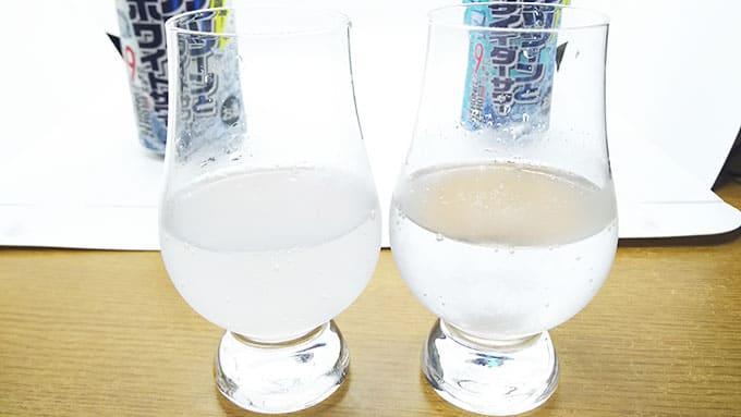 二種類のお酒の色味を見比べる