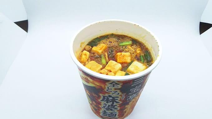 豆腐の入ったカップ麺