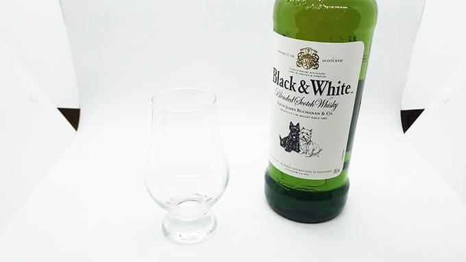 ウイスキーのボトルとグラス