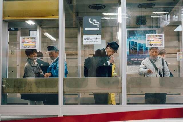 喫煙コーナーの警備員