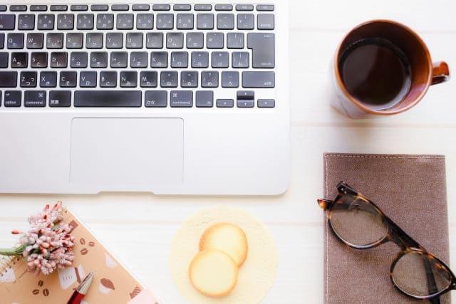 キーボードとコーヒーと眼鏡とクッキー