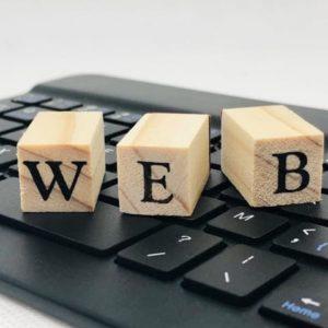 「WEB」の文字が掛かれたキューブ