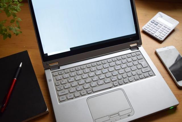 パソコンとスマホと手帳と電卓