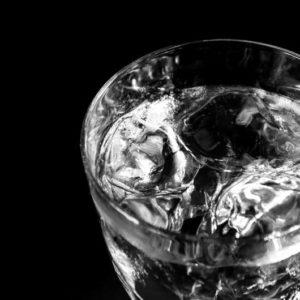 ウイスキーの写ったモノクロ写真