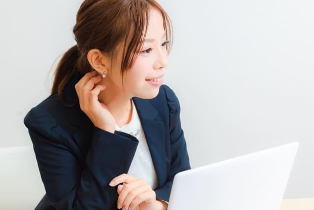 パソコンを使用中の女性