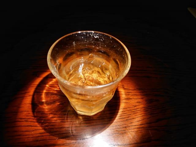 暗闇の中に浮かぶウイスキー