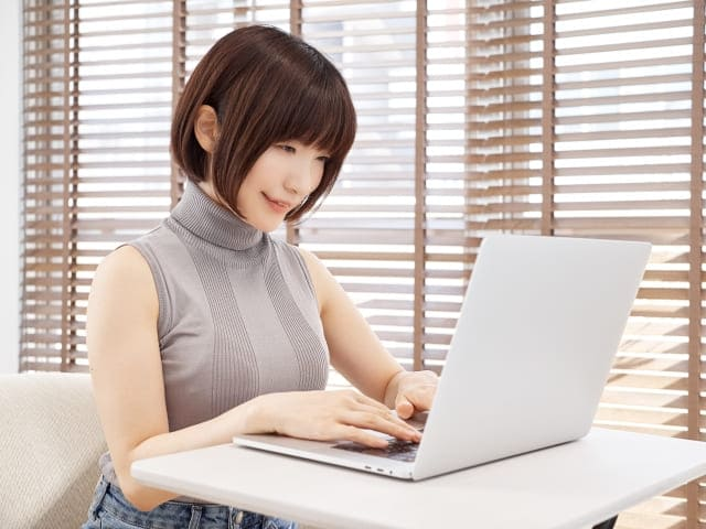 パソコンを使用する美しい女性